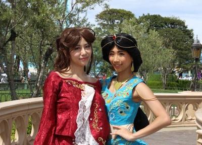 【写真を見る】『美女と野獣』のベル(左)と『アラジン』のジャスミン(右)に扮したゲスト。こだわりの自作衣装で