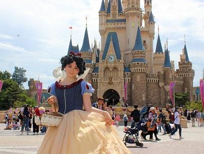 シンデレラ城をバックにポーズを決めてくれた白雪姫