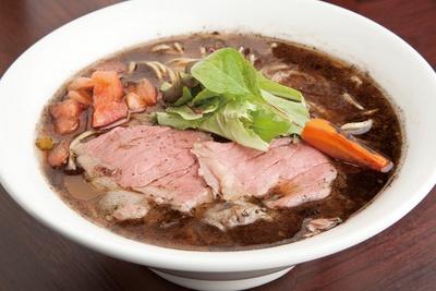「らーめん」(850円)。牛脂の芳醇な香りが立ち込めるスープは意外とあっさり。具にはローストビーフがのる、牛尽くしの一杯