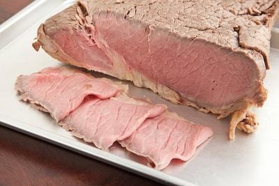 牛モモ肉を大きなブロックごと調理したローストビーフ。ほんのりとピンク色の美しい肉肌にうっとり。しっとり柔らかな食感がたまらない