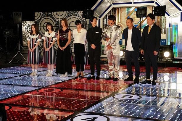 千葉雄大は高校生たちが実際に戦うステージに立ち、少し緊張気味な表情