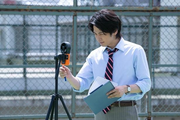 """【写真を見る】マアくん(中村倫也)も""""そよ風""""のお手伝い。ネクタイ&シャツ腕まくりがたまらない!"""