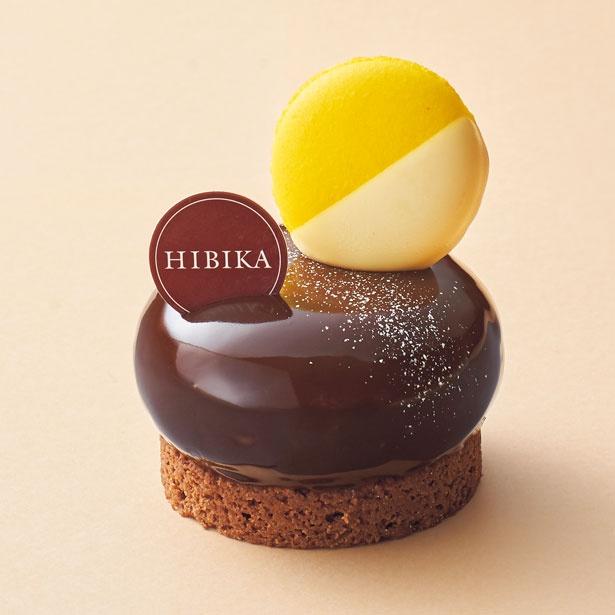 お月さま(700円)。クーベルチュールチョコレート「マラカイボ65%」を使用したショコラムース/HIBIKA