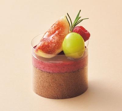 収穫祭(700円)。甘酸っぱいカシスムースとホワイトチョコムースに、旬の果実を贅沢に飾ったケーキ/HIBIKA