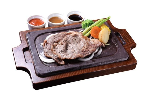 STEAK HOUSE BY THE WAY / 「あか牛ステーキ」(1400円 ※写真は150g)。熊本県産あか牛を溶岩石プレートで焼き上げる