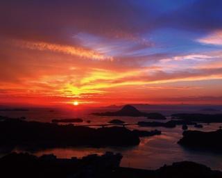 雲仙天草国立公園 高舞登山 / 赤く染まる空と、海に浮かぶ大小の島々の美しいコントラストが感動的
