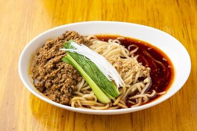 約10種のスパイスを使った「汁なし坦々麺(並)」(900円)は正統派の一品