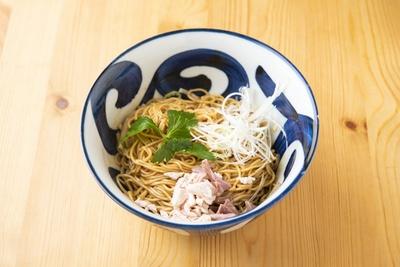 【写真を見る】比内地鶏と名古屋コーチンの鶏油をブレンドしたまぜそば「鶏油ソバ」(500円)。鶏の魅力が味わえ、クセになる一杯に仕上がっている