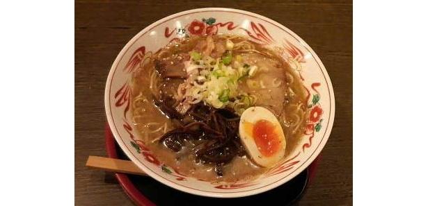 【写真4】極細の麺とスープの絡み具合が絶妙な鶏白湯らあめん750(とみ川)
