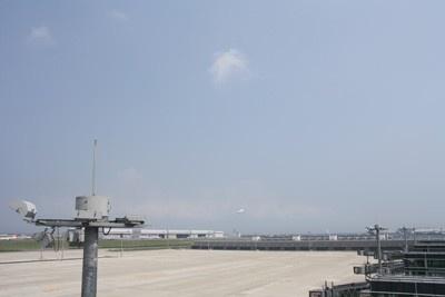 5階にある展望デッキからは飛行機の離発着が見られる!