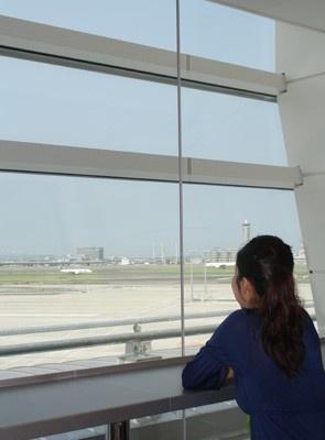 搭乗エリア内で、飛び立つ飛行機を眺めながらティータイムも