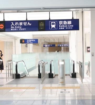 羽田空港の新国際線ターミナルビルの開業と同時に、京急電鉄「羽田空港国際線ターミナル駅」、東京モノレール「羽田空港国際線ビル駅」も開業する