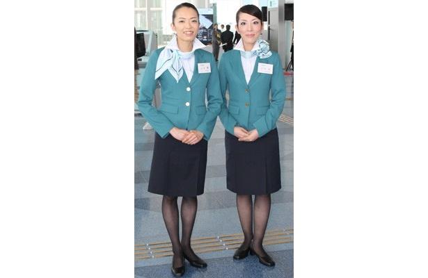 """""""コンシェルジェ""""がターミナル内を案内してくれる。制服の""""翡翠色(ひすいいろ)""""は、「東京国際空港ターミナル株式会社」のコーポレートカラーでもある"""