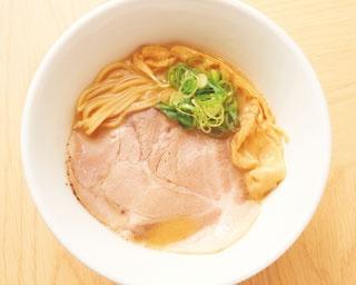 鶏白湯ラーメン(750円)。鶏の旨味が溶け込むスープは醤油ダレとのバランスが抜群で、濃厚ながらもあと味さっぱり/ラーメンまぜそば 笑顔ノキラメキ