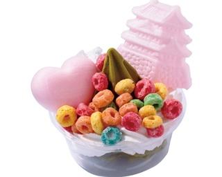 「氷菓楼 仁」の「天空の城 パルフェ」(480円)は、食べ歩きにぴったり