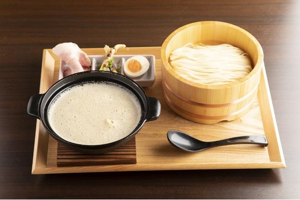 「つけめん」(880円)。風味が立つよう、スープはブレンダーで泡状に