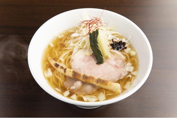 【写真を見る】「塩そば」(750円)。 スープはマグロ節が主体でマグロ特有の豊かな風味が楽しめる
