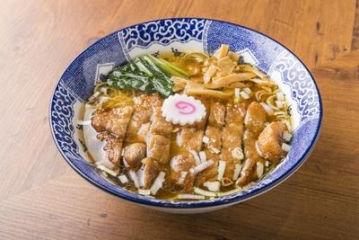 「パーコ―麺」(1,000円)。外はサクサク、中はジューシーなパーコ―がのる