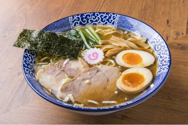 動物系の濃度を上げたややこってりなスープとモッチリの中太麺を組み合わせた「中華そば」(850円)