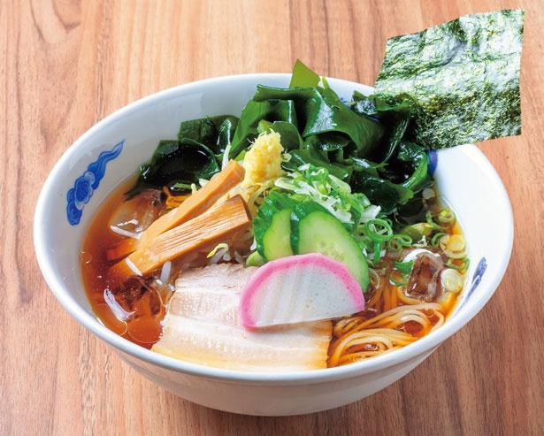 冷やしらうめん(780円)。イリコと昆布でとったスープに、しなやかな伸び感のある個性的な麺を合わせた懐かしさを感じる冷やしラーメン/ラーメン・めし 芦田屋