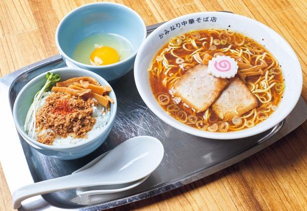 「中華そば並ランチセットA+生たまご」(1050円)。魚介と黒豚の旨味が詰まった中華そばにスパイスが効いた台湾ルーロー飯がセット/かみなり中華そば店