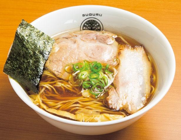 【写真を見る】醤油 らぁ麺(800円)。豚清湯スープは、背ガラやゲンコツなどをじっくりと炊いたもの/らぁ麺 すぐる