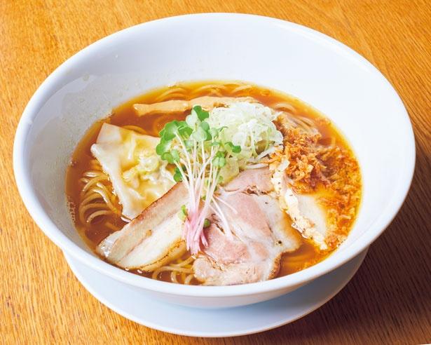 ライト鶏魚貝SOBA(700円)。鶏と伊吹イリコからとった鶏ニボスープに、アサリや魚介系を加えた鶏魚介スープを合わせた濃厚系/MOVE麺t