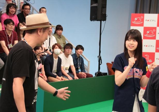【写真を見る】吉川七瀬のいいところを生かしつつ、後ろからフォローする千葉晃嗣ディレクター