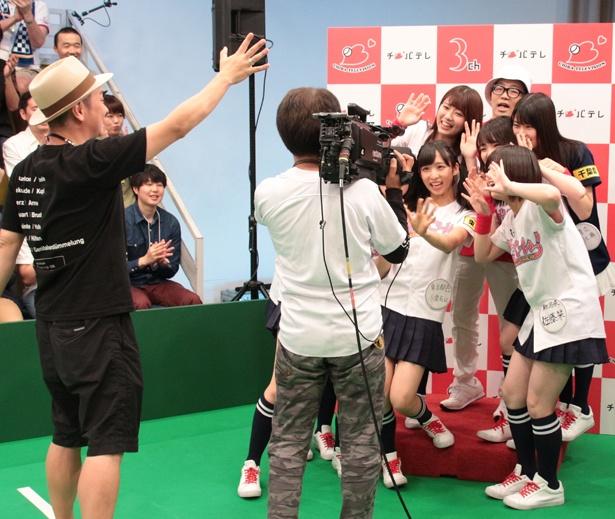 【写真を見る】千葉晃嗣ディレクターらスタッフのサポートで、AKB48メンバーら出演者たちは楽しい番組作りに臨んでいる