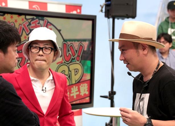 収録中でもこまめに話し合い、より良い番組作りを目指す千葉晃嗣ディレクター(写真右)