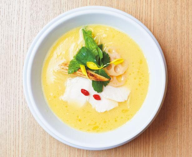 鶏白湯SOBA(980円)。国産丸鶏と鶏ガラで作る鶏白湯に数種類の天然塩などのカエシを合わせた濃厚スープは、コクがありあと味はあっさりと新しいおいしさ/銀座 篝 ルクア大阪店