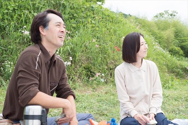 【写真を見る】晴(松雪)と宇太郎(滝藤)のラブラブショット!ほっこり♪