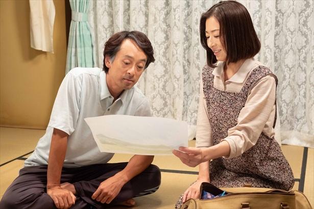 鈴愛に絵を描いてもらい、病室に貼ると喜ぶ晴