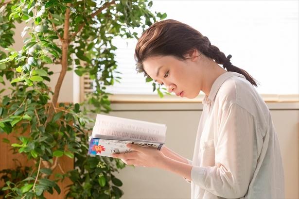 律から借りた本で勉強中の鈴愛は、ある落書きに気づく