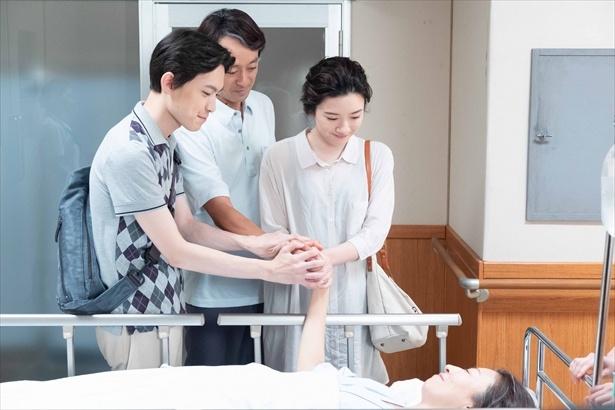 手術に向かう晴。宇太郎、鈴愛、草太が手を握って送り出した