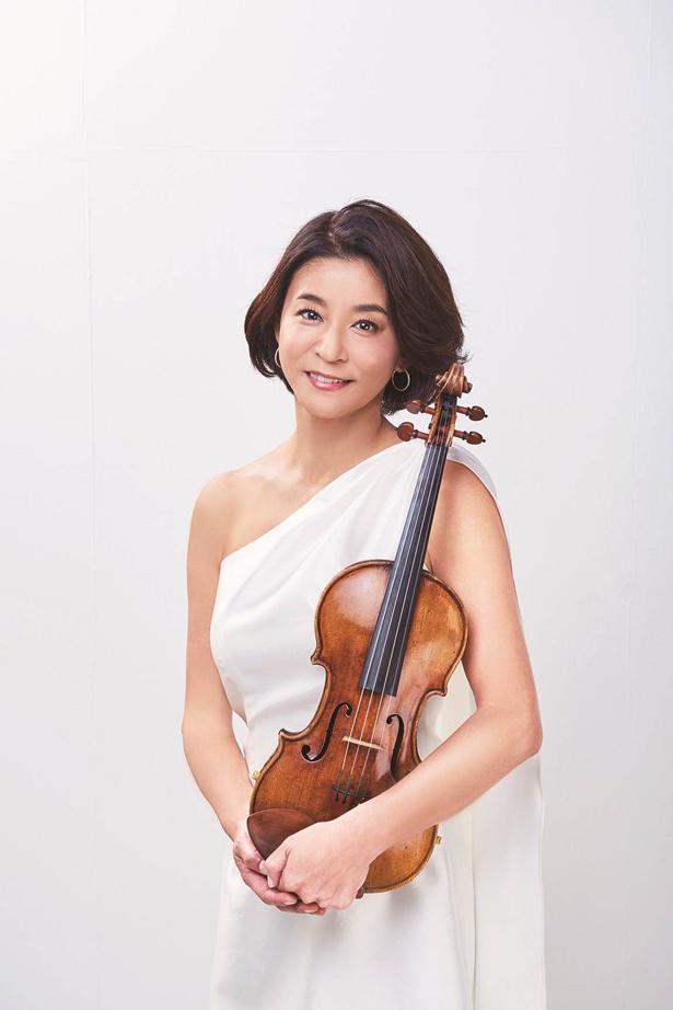 高嶋ちさ子は自身がプロデュースする「12人のヴァイオリニスト」を率いて登場