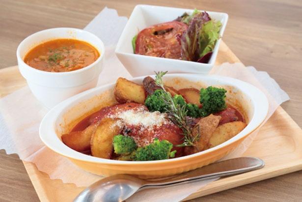 骨付き鶏のトマトソース煮(1598円 ※バケット付き)/CAFE FLOR GELATO