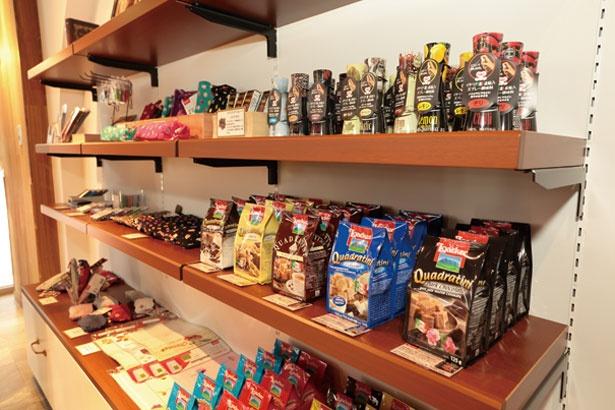 店内にはお菓子&雑貨も並ぶ/CAFE FLOR GELATO