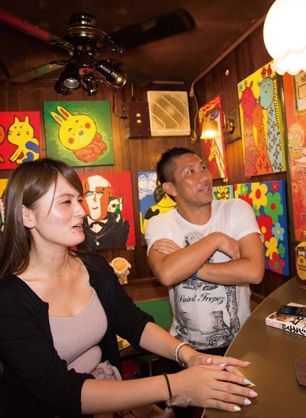 居心地のいい店内でくつろぐふたり。壁に飾られた絵画などは購入も可能