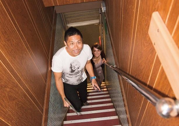 「どんな店ですかね?」(奥山)、「階段を上って入るってワクワクする」(前園)
