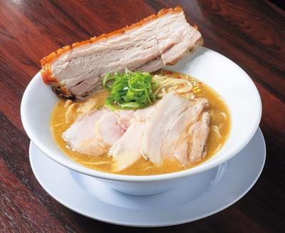 「駅麺+レザークリスピーチャーシュー」(1200円)。濃厚な豚骨に豚バラや豚肩など4種類のチャーシュー/NAKAGAWAわず
