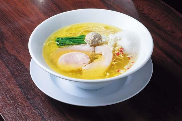 【写真を見る】青森シャモロックの鶏ガラと大山丸鶏を使う「塩の淡麺」(850円)/NAKAGAWAわず