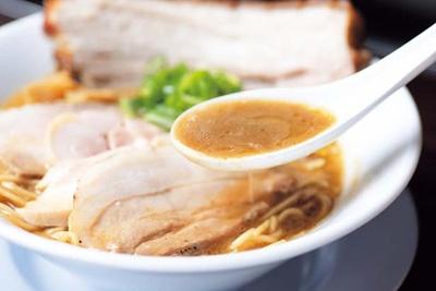 濃厚でサラリとしたスープは、カエシに昆布のとろみを加え旨味の相乗効果を生む/NAKAGAWAわず