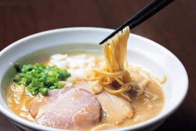 2種類の小麦をブレンドする自家製麺。スープの絡みもよく、大盛り無料なのもうれしい/NAKAGAWAわず