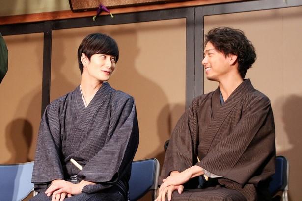 ニヤニヤと2人で話し合う岡田将生と山崎育三郎