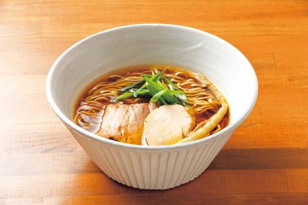 【写真を見る】鶏と豚の旨味ある清湯がベースの「醤油ラーメン」(800円)/いかれたnoodle Fishtons