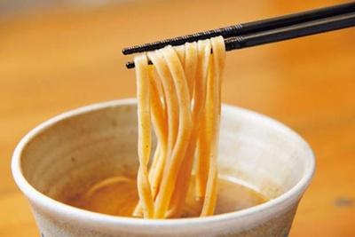 濃厚ながらサラリとしたつけ汁のため、麺と適度に絡むことで、全粒粉麺の風味とモチモチ感も生きる/いかれたnoodle Fishtons