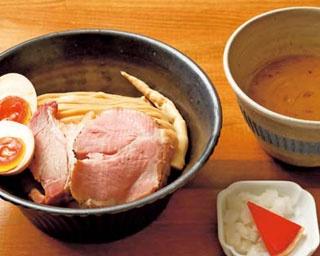 複雑でなく、3種類の旨味をクリアに感じる丁寧なつけ汁の「濃厚味玉つけ麺」(950円)/いかれたnoodle Fishtons
