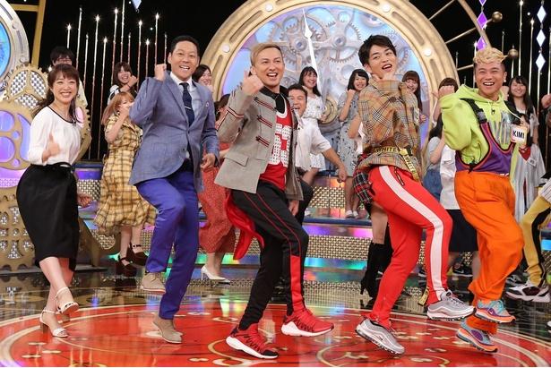 【写真を見る】東野幸治、川田裕美アナが「U.S.A.」を激しく踊る!
