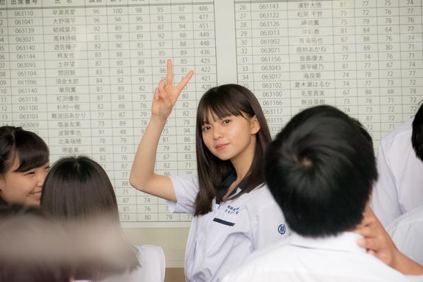 優等生キャラが時おり見せる笑顔&ピースは、かわいくてズルい!